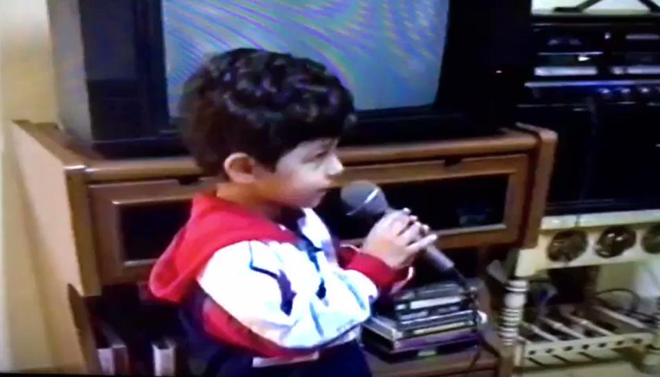 Imatge de l'Alfred amb 3 anys cantant 'La Castanyera'.