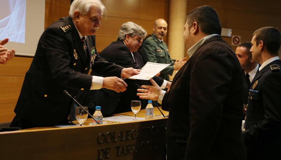 El comissari en cap de la policia espanyola a Tarragona, Carlos Yubero, fent entrega d'un diploma a un dels reconeguts.