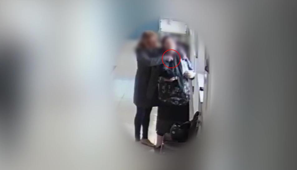 Imatge facilitada per la policia on es veu la dona cometen el furt.
