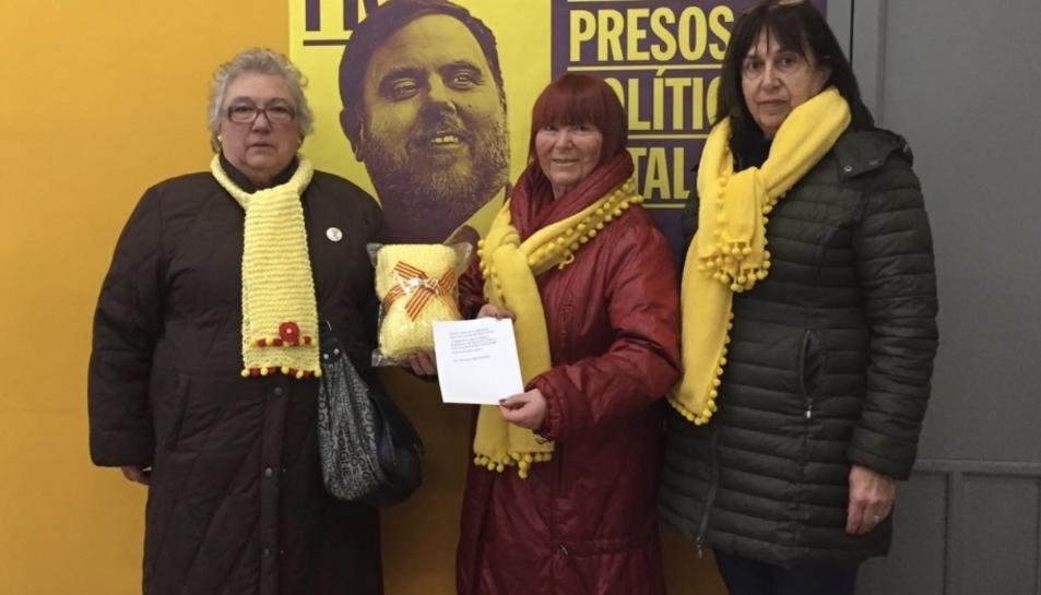 Els Avis i Àvies de Reus per la Llibertat durant l'entrega de la bufanda d'Oriol Junqueras.