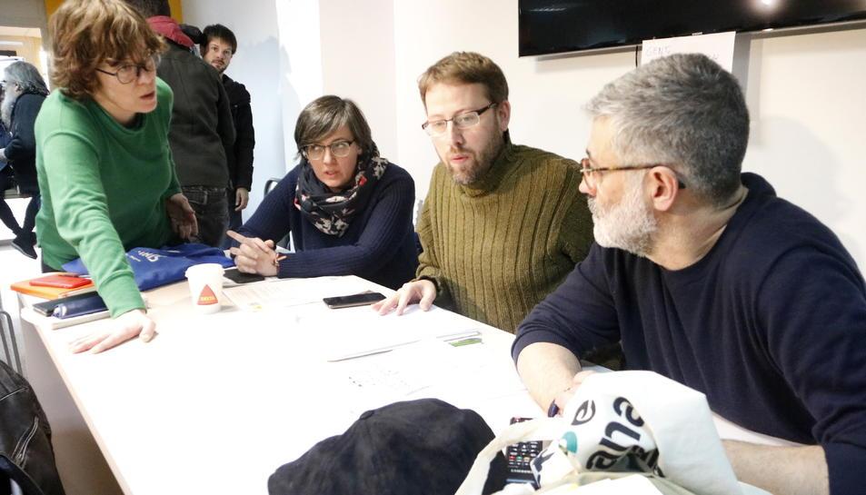 Els diputats de la CUP Vidal Aragonès i Carles Riera, amb les exdiputades Mireia Boya i Eulàlia Reguant, a la reunió del Consell Polític de la CUP.