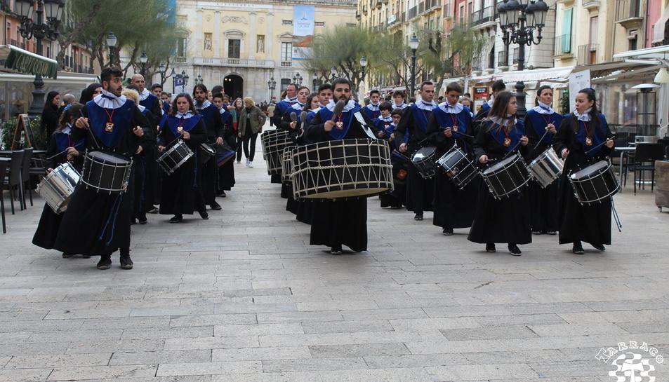 La Banda del Sant Enterrament del Gremi de Marejants sortint de la plaça de la Font