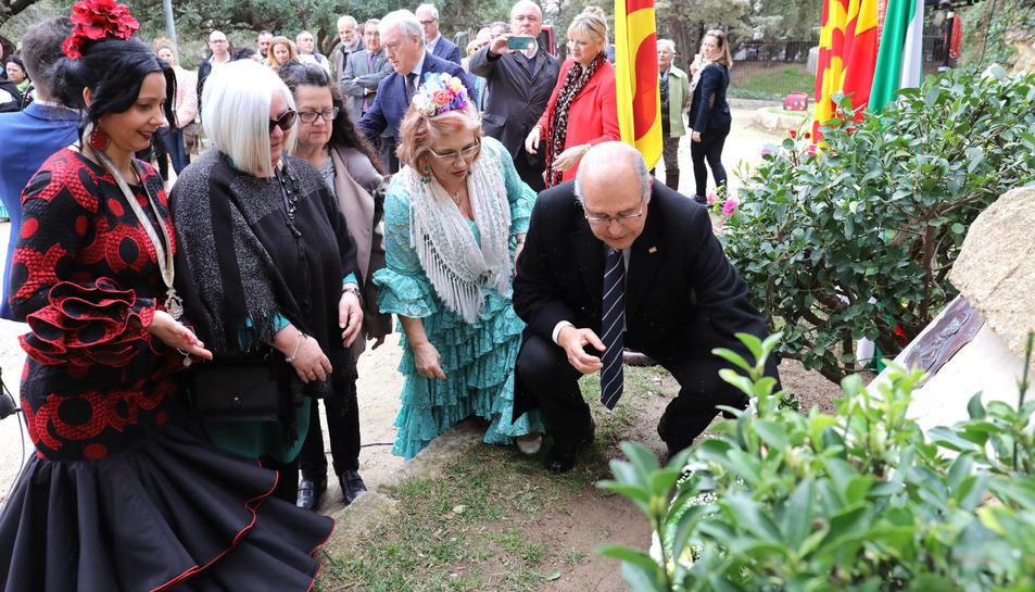Luisa Márquez, de verd, diposita un ram de flors al monument dedicat a Blas Infante.