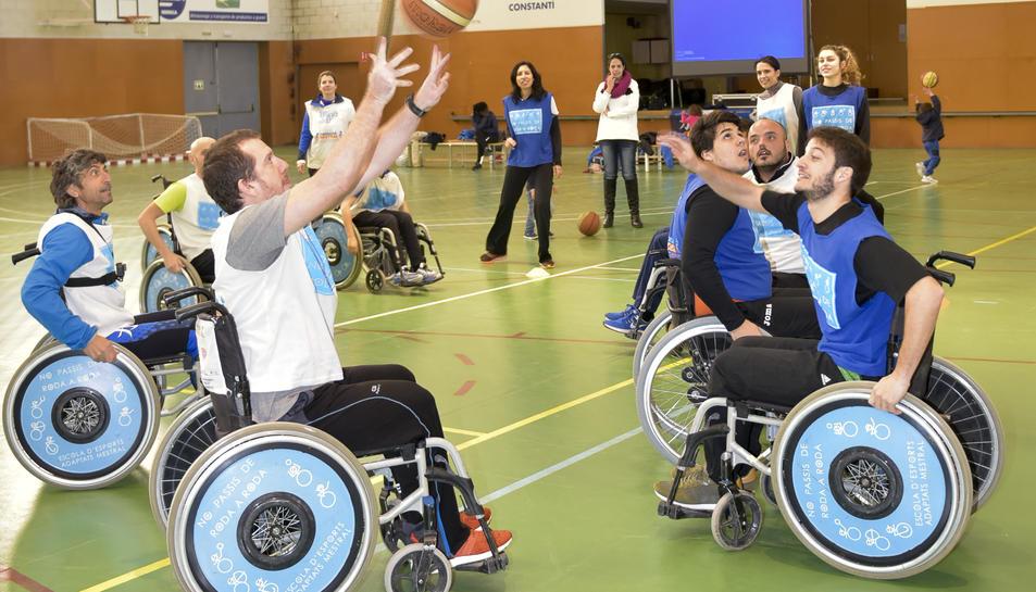 Els participants van poder experimentar la sensació de jugar un partit de bàsquet amb cadira de rodes.
