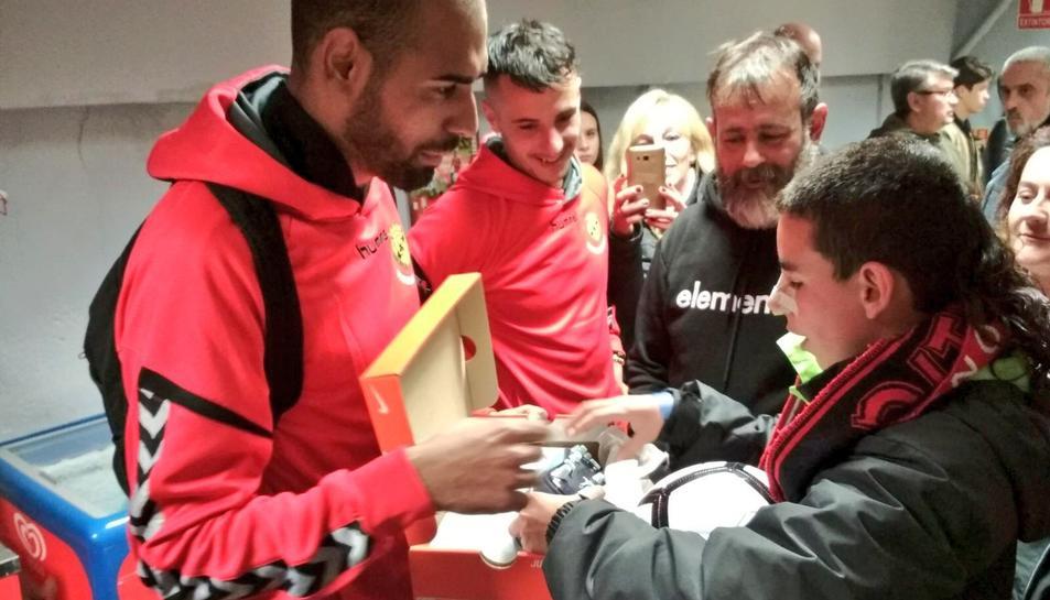 Fali, regalant les botes de Cristiano Ronaldo a Javier Galera.
