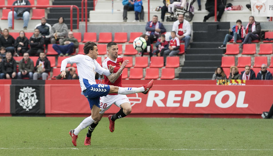 Tete Morente lluita una pilota durant el partit contra el Tenerife.