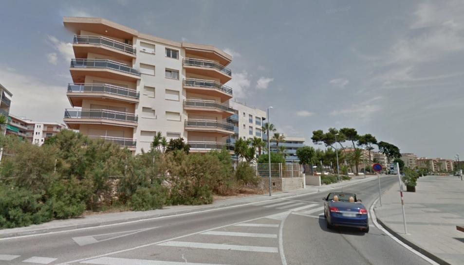 A l'esquerra, el bloc d'edificis on s'ha habilitat el pas directe cap al passeig marítim i la platja.