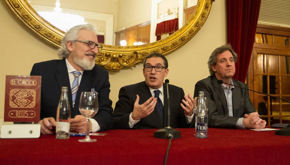 Jaume Alonso-Cuevillas, al centre, durant la seva conferència al Círcol.
