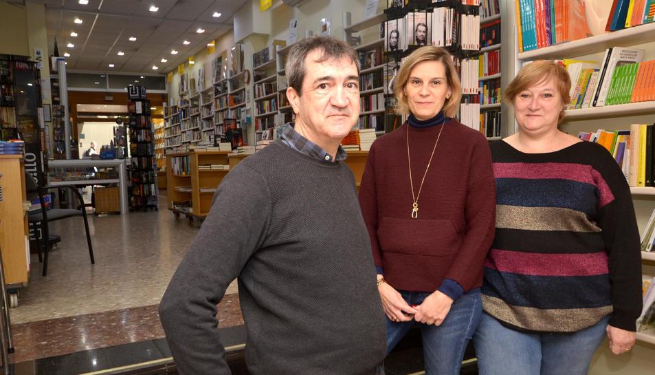 Gertri Adserà, a la dreta, acompanyada del seu germà Manel i de la Marta, dependenta de la botiga.