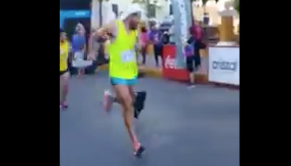 Imatge de l'atleta, moments abans de clavar-li una puntada de peu al gos.