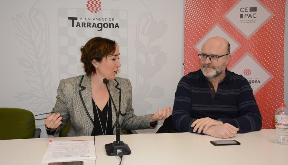 La consellera Begoña Floria i el president de la CePAC, Xavier Brotons, en la presentació de la jornada 'Castells