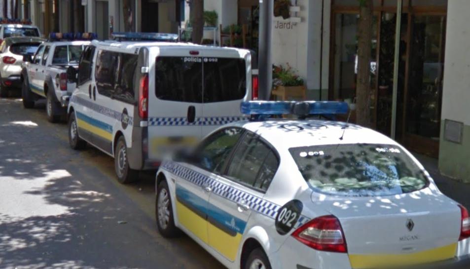 Tres vehicles de la Policia Municipal de Girona aparcats davant la comissaria.