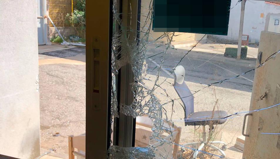 Els Mossos van comprovar que els lladres havien trencat la finestra per accedir a l'empresa.