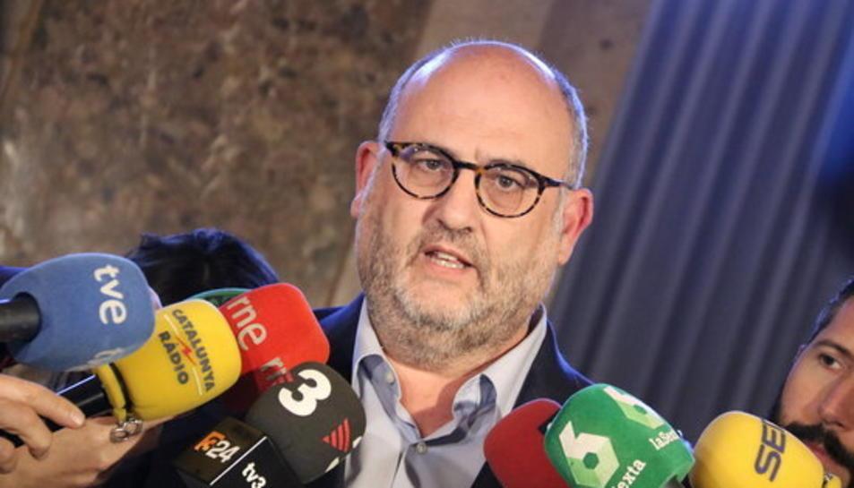 El portaveu adjunt de JxCat, Eduard Pujol, atén la premsa al Parlament el 7 de març de 2018.