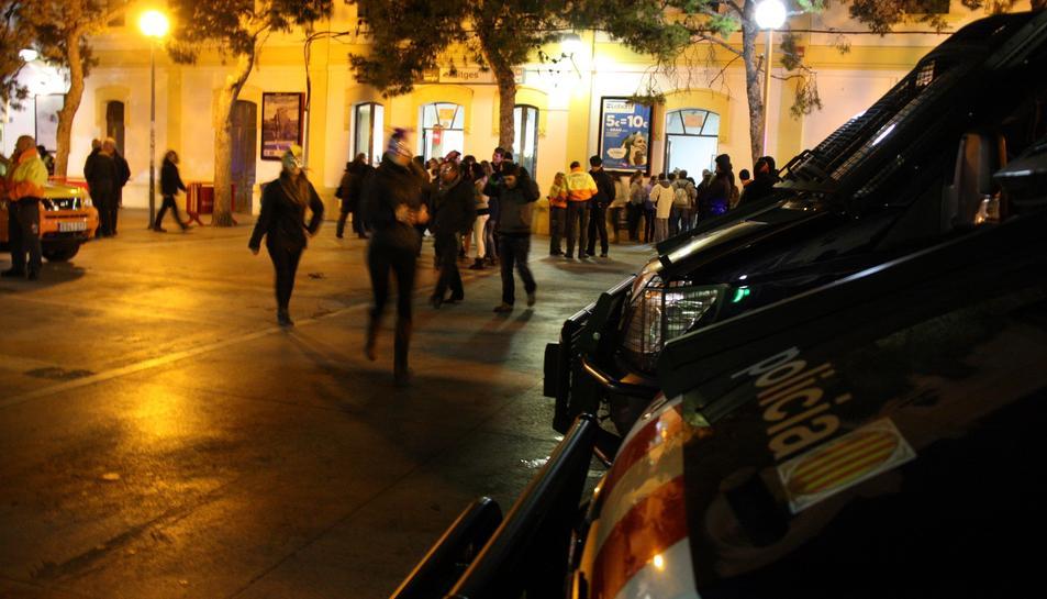 Diversos vehicles policials davant de l'estació de Renfe a Sitges, durant el Carnaval del 2013.
