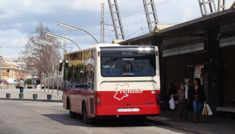 Imatge d'arxiu d'un autocar aturat a la parada d'autobusos del Vendrell.