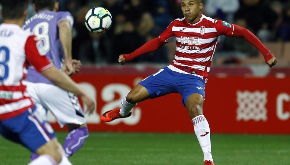 Darwin Machís espera que li arribi una esfèrica durant el partit disputat contra el Valladolid al Nuevo Los Cármenes (1-0).