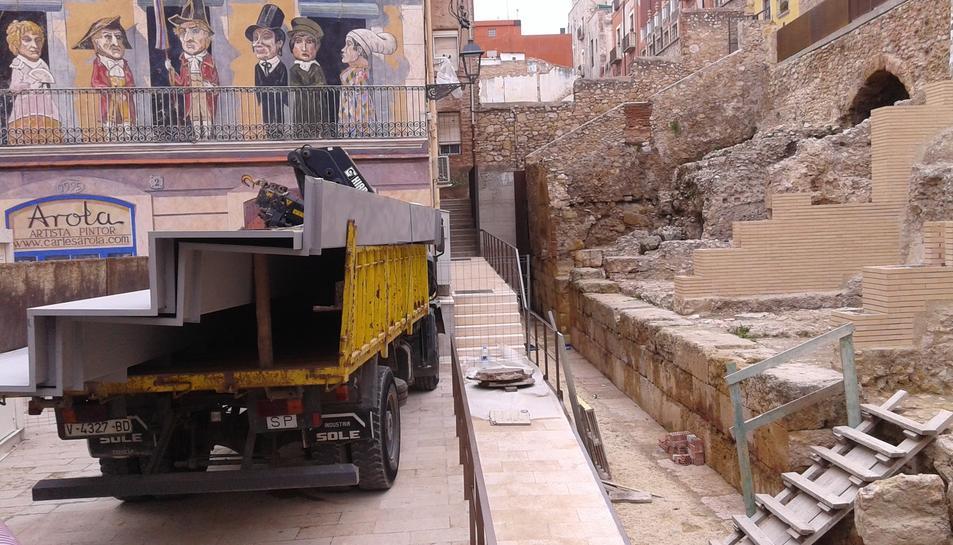 Imatge de les grades damunt del camió i del sector del Circ on es posaran.