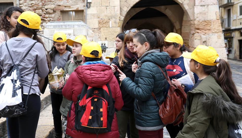 Un grup d'alumnes i dues mestres, avui al matí a les Escales de la Catedral, cercant nous objectius.