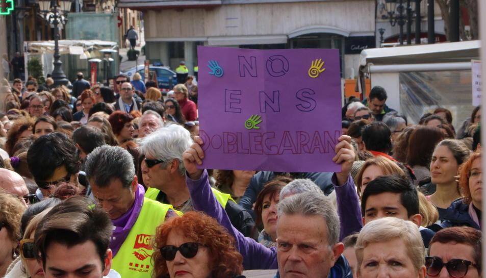 Una pancarta on es llegeix 'No ens doblegareu' a la concentració per la igualtat de gènere a Tarragona. Imatge del 8 de març de 2018