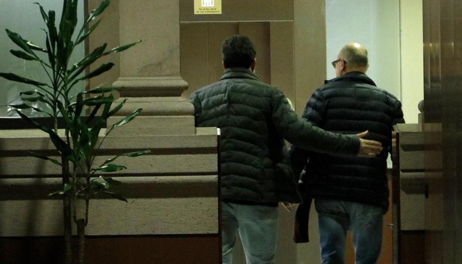 Imatge d'arxiu del portaveu d'ERC, Sergi Sabrià, i el diputat de JxCat Pep Riera, d'esquenes i entrant junts als despatxos dels seus grups.