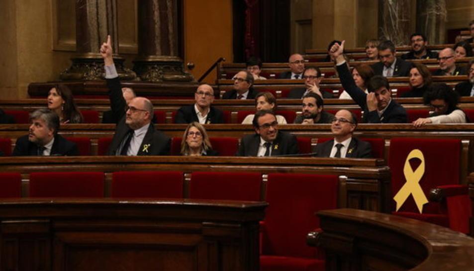 Imatge d'Eduard Pujol, de JxCat, i Sergi Sabrià, d'ERC, votant la proposta de resolució que legitima Puigdemont, l'1 de març de 2018.