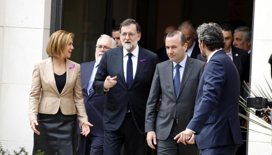 El president del govern espanyol Mariano Rajoy arriba a la reunió de treball del PP europeu a València, acompanyat del president del PP europeu Manfred Weber.