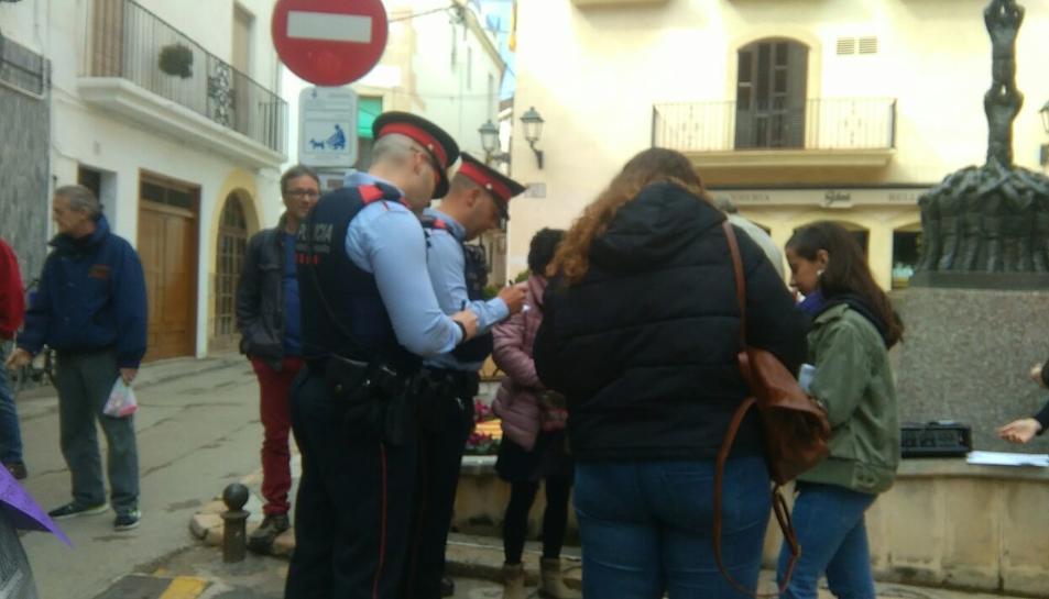 Imatge dels Mossos identificant a diverses persones a Torredembarra.