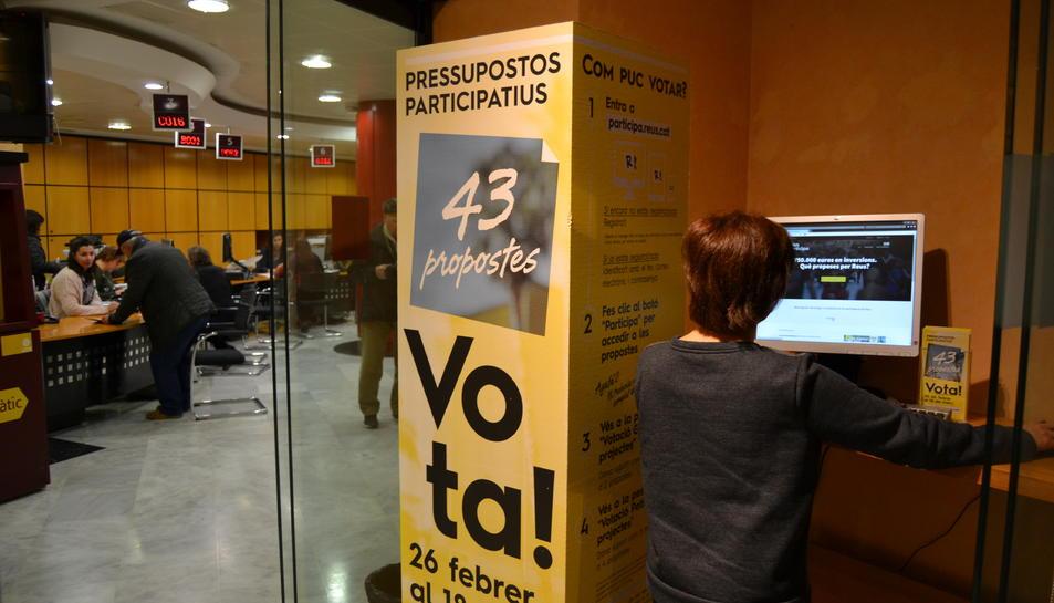 Imatge d'un punt de votació a l'Oficina d'Atenció Ciutadana de Reus.