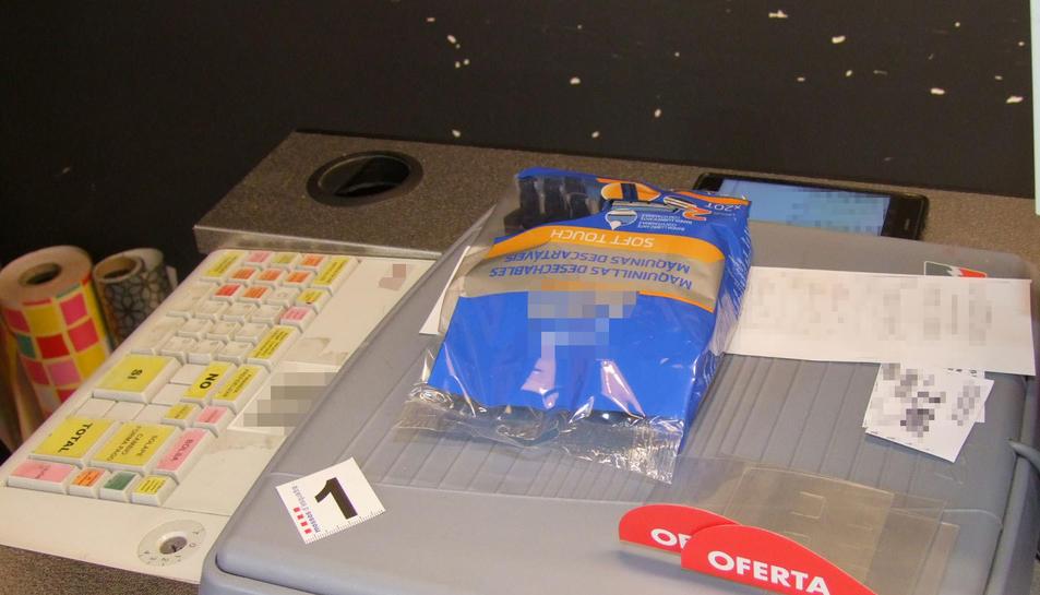 En dos dels robatoris, l'individu va demanar unes maquinetes d'afaitar per distreure la dependenta.
