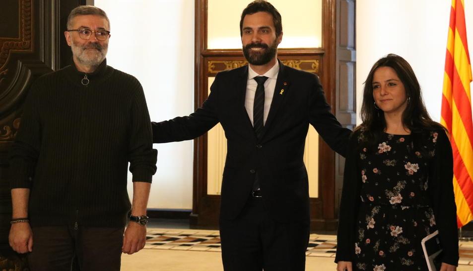 El president del Parlament, Roger Torrent, amb els diputats de la CUP Carles Riera i Maria Sirvent.