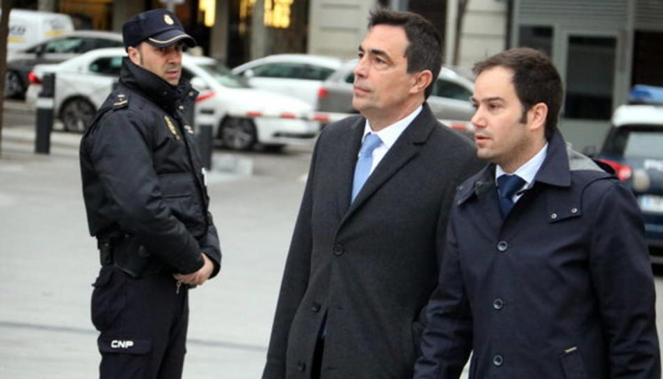 A la esquerra, l'exdirector dels Mossos Pere Soler arribant a l'Audiència Nacional.
