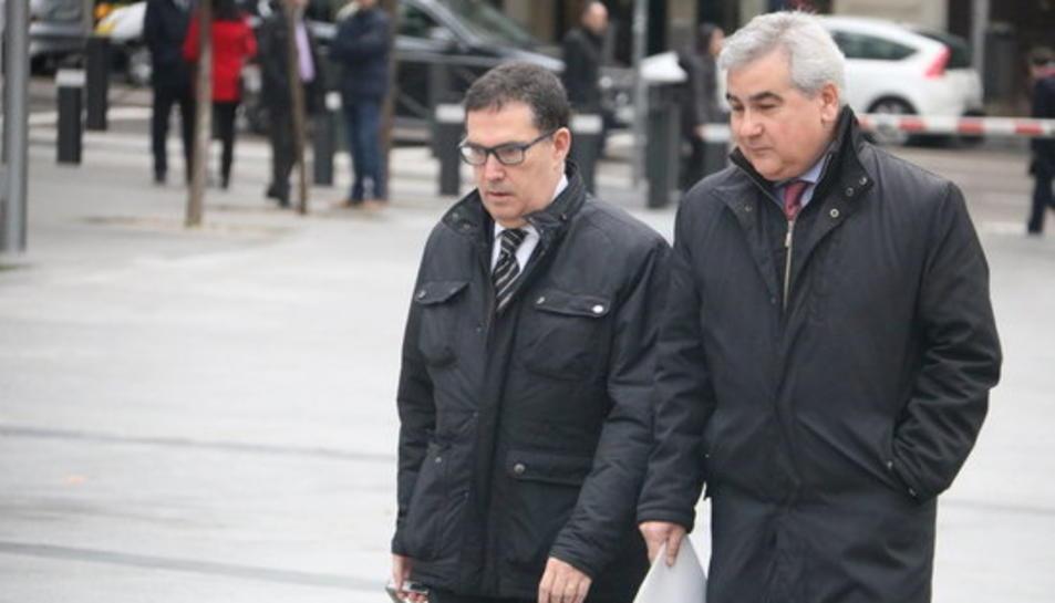 L'exsecretari general d'Interior, César Puig, a les portes de l'Audiència Nacional, i l'advocat, Jaume Alonso-Cuevillas.