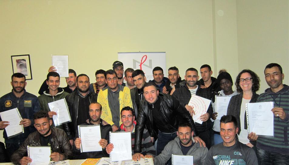 La responsable del Servei va lliurar els certificats als alumnes que van finalitzar el curs.