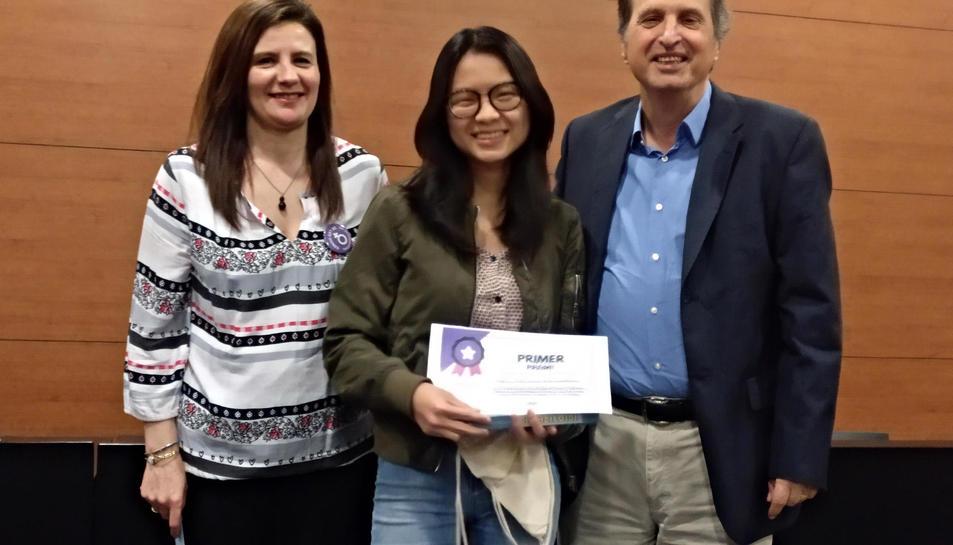 Imatge d'Ona Garcés recollint el premi.