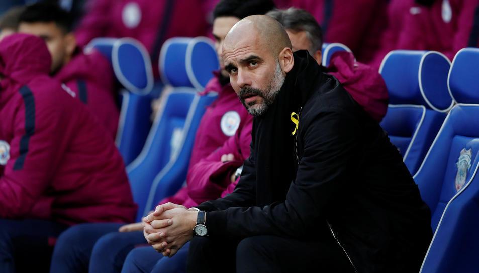 Pep Guardiola, entrenador del Manchester City amb el llaç groc en un dels partits al gener.