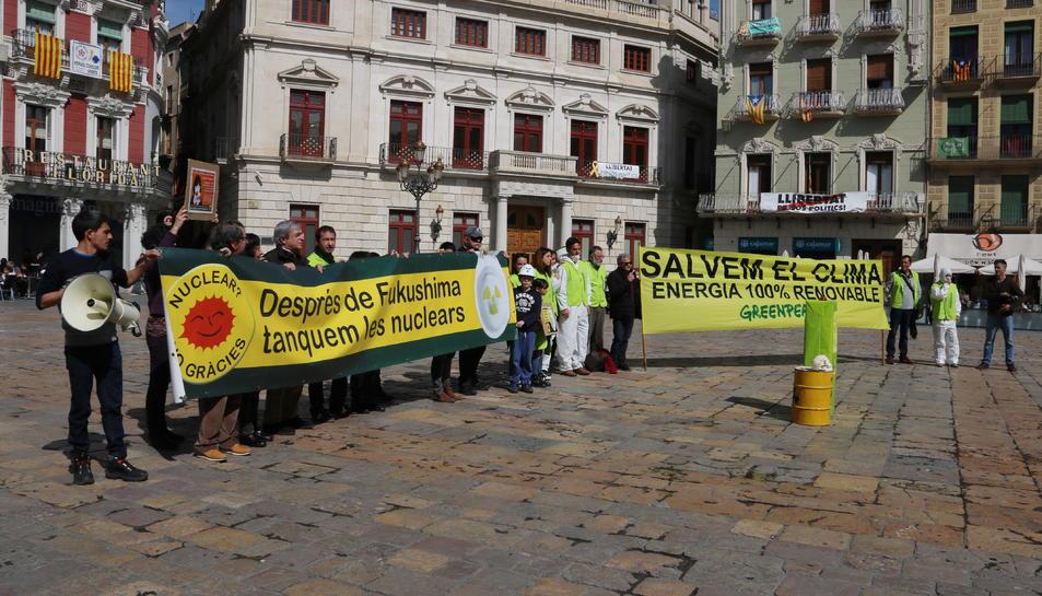 Concentració per commemorar l'aniversari de l'accident de Fukushima a la plaça del Mercadal de Reus.