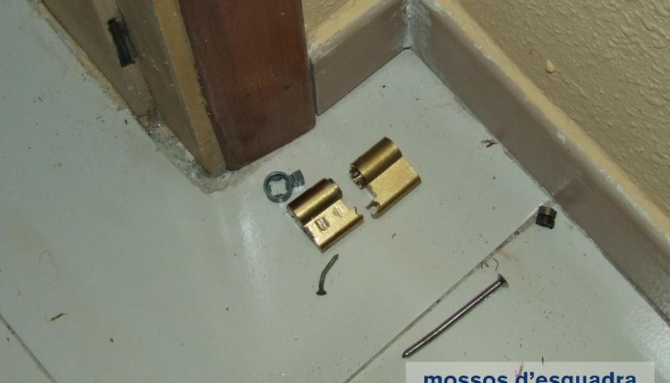 Els lladres trencaven les frontisses de les portes per poder accedir a l'immoble