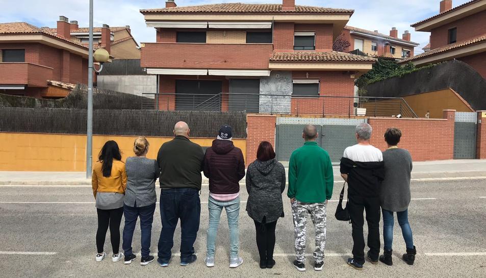 Un grup estafats es va agrupar ahir als Pallaresos per explicar els seus casos entre ells.