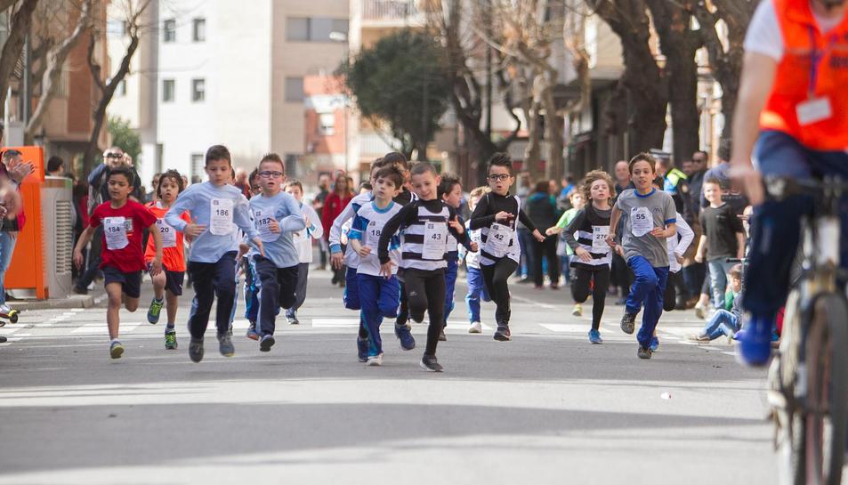 Una de les curses del cross, que va recórrer els carrers propers a l'escola reusenca.