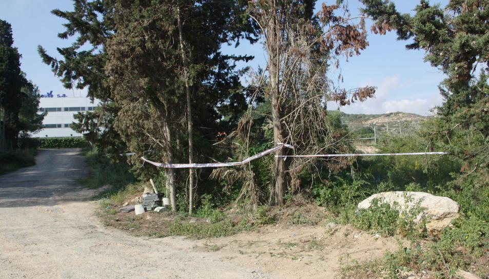 Cordó policial que van establir els Mossos a la zona on es va trobar el cos de la jove.