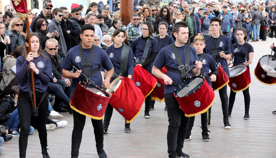 La Banda de la Verge de la Soledat, durant la desfilada pel Moll de Costa, quan es dirigia als carrers del barri mariner del Serrallo.