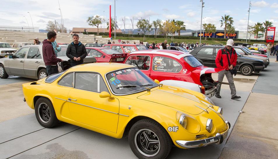 La zona d'aparcament va deixar contemplar ahir diversos models del Renault Alpine.