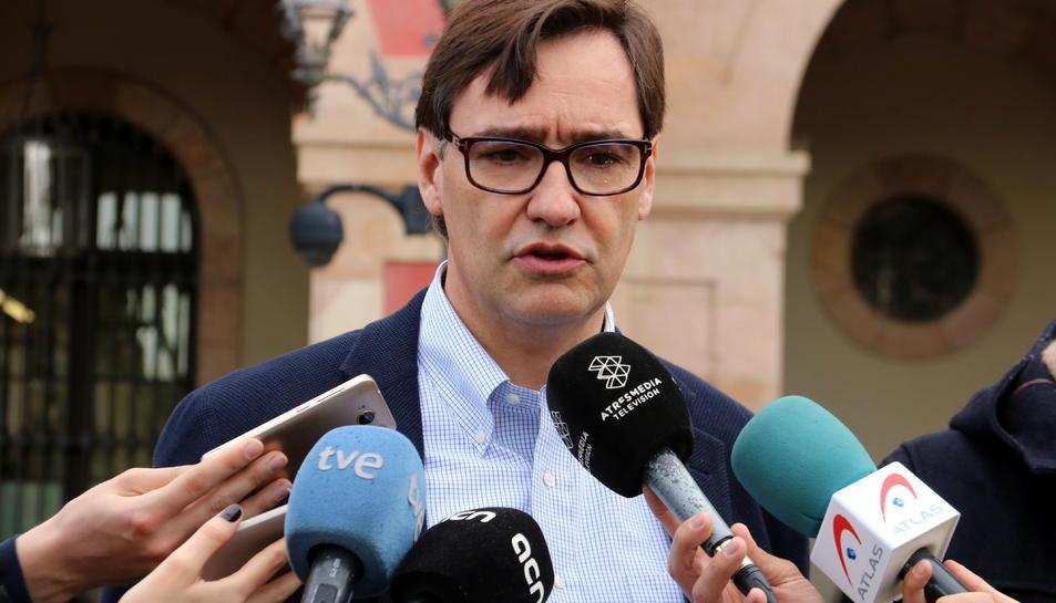 El secretari d'Organització del PSC, Salvador Illa, en una atenció als mitjans davant les portes del Parlament de Catalunya.