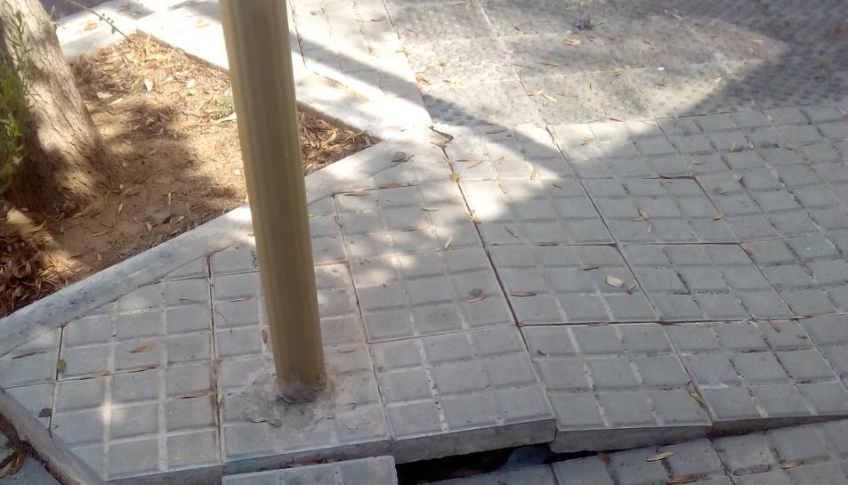 Panots aixecats en un dels carrers del barri la Llosa de Cambrils.