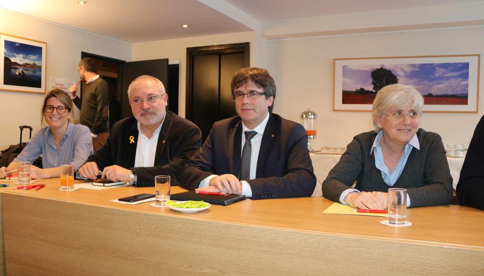 El president Carles Puigdemont amb Elsa Artadi, Lluís Puig i Clara Ponsatí a Brussel·les.