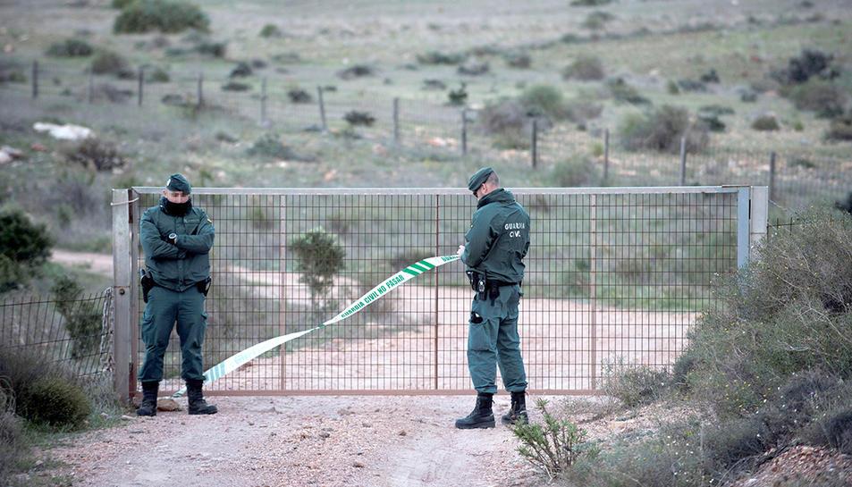 Agents de la Guàrdia Civil vigilant l'accés a la finca on suposadament hi ha el pou on estava el cos de Gabriel.