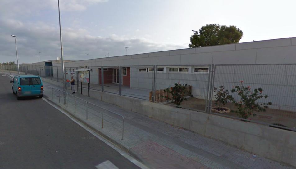 Façana de l'escola Les Eres de Creixell, on es planteja utilitzar una aula com a llar d'infants.