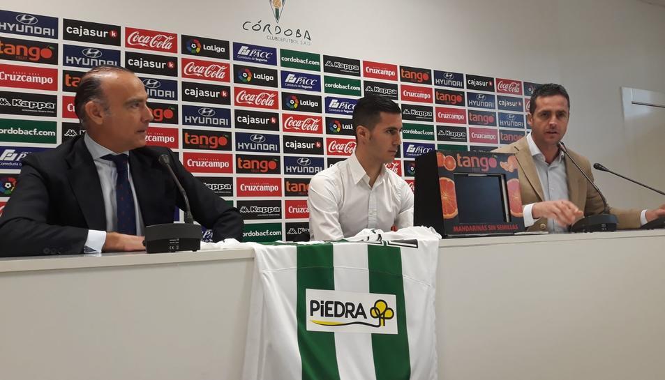 El president del Córdoba, Sergi Guardiola i el director esportiu, durant l'anunci de l'acord de renovació del davanter.