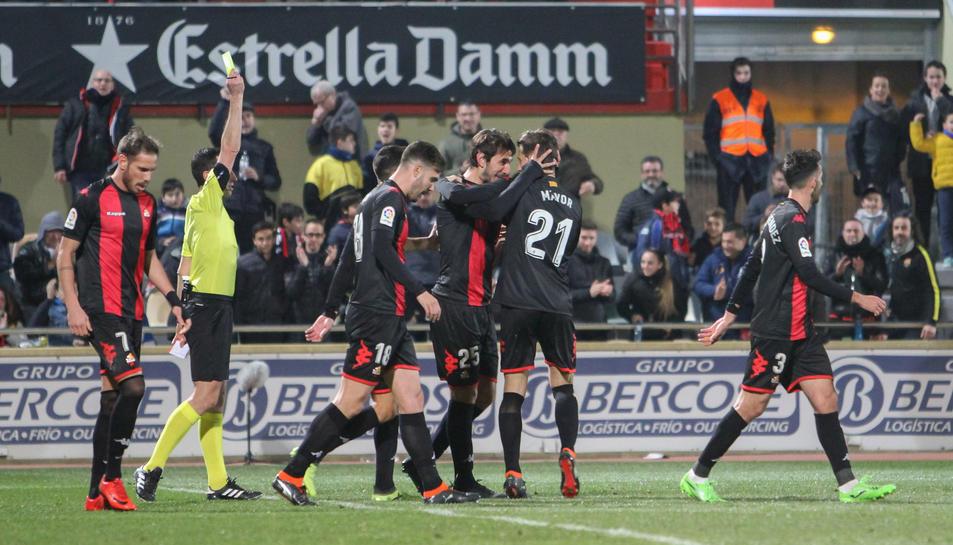 Máyor i Lekic, al centre, celebren la diana que el serbi va aconseguir en el partit davant el Sevilla Atlético.